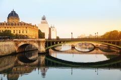Fleuve et passerelle de Seine à Paris photographie stock libre de droits