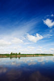Fleuve et un ciel bleu Photos libres de droits