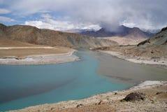 Fleuve Indus en montagnes et brouillard de l'Himalaya photo libre de droits