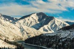 Fleuve Katun, Altai, Russie de montagne Un hiver scénique Photographie stock