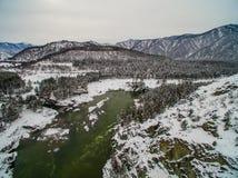Fleuve Katun, Altai, Russie de montagne Un hiver scénique Photo stock
