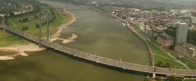 Fleuve le Rhin et passerelle dans Düsseldorf, Allemagne Image libre de droits