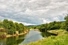 Fleuve Leven traversant la campagne abondante Image stock