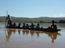 Fleuve malgache indigène de croisement de gens photographie stock