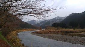 Fleuve par des montagnes Image stock