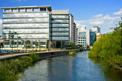 fleuve proche moderne d'affaires de construction Image libre de droits