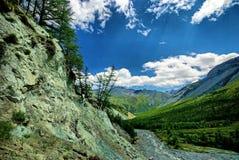 Fleuve rapide de montagne Rivière de montagne d'eaux de plus près de la source La rivière de Tumnin est la plus grande rivière su images libres de droits