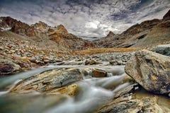 Fleuve rapide de montagne Rivière de montagne d'eaux de plus près de la source La rivière de Tumnin est la plus grande rivière su photos libres de droits