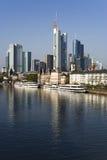 fleuve reflété principal de Francfort de paysage urbain photos stock
