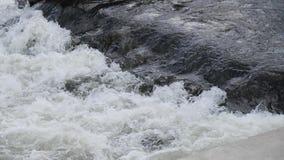Fleuve rugueux mouvement rapide de rapide de l'eau clips vidéos
