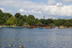 Fleuve serpentin de lac dans Hyde Park, Londres, R-U Photo stock
