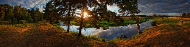 Fleuve sur le coucher du soleil Photographie stock