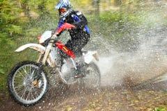 fleuve tous terrains de motocyclette de mouvement de croisement de tache floue Images libres de droits