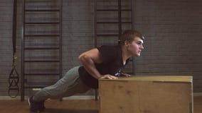 Flexão de braço da força da flexão de braço do homem do Gym em um exercício da aptidão video estoque