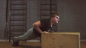 Flexão de braço da força da flexão de braço do homem do Gym em um exercício da aptidão filme
