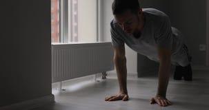 Flexões de braço do homem, exercício da aptidão da casa para a força de formação, incluindo o áudio original vídeos de arquivo
