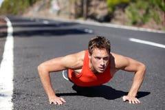 Flexión de brazos del entrenamiento del hombre del ejercicio de los pectorales Imágenes de archivo libres de regalías