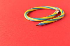 Flexibel potlood Geïsoleerdl op rode achtergrond Buigend potlood royalty-vrije stock fotografie