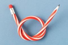Flexibel potlood Ge?soleerd op blauwe achtergrond Buigend potlood stock foto's