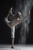 Flexibele de praktijkenyoga van de yogamens of pilates, uitvoerend Natarajasana stock foto