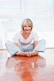 Flexibele hogere vrouw die yoga doet Stock Afbeelding