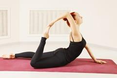 Flexibele roodharigevrouw Stock Foto