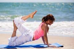 Flexibele vrouw die yoga doen Royalty-vrije Stock Afbeelding