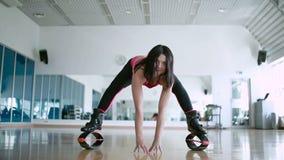 Flexibilidad morena bonita del entrenamiento en zapatos del kangoo en estudio de la danza almacen de video