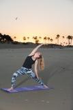 Flexibilidad y foco del entrenamiento en la arena Foto de archivo libre de regalías
