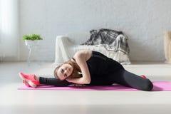 Flexibilidade alta do corpo da mulher apta que estica seu pé imagens de stock royalty free
