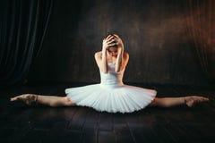 Flexibilité de corps d'interprète de ballet, s'étendant photo libre de droits