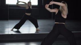 Flexibiliteit van schouders - opleiding van danser dichtbij spiegel stock videobeelden