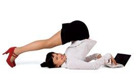 Flexible Geschäftsfrau mit Laptop Lizenzfreie Stockbilder