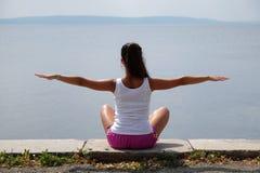 Flexible junge Frau Lizenzfreies Stockfoto