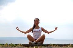 Flexible junge Frau Lizenzfreies Stockbild