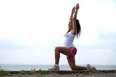 Flexible junge Frau Lizenzfreie Stockbilder