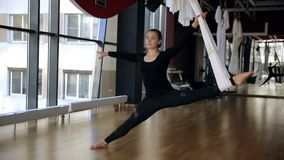 Flexible Sportlerin hat ein ausdehnendes Training in der Fliegenyogaturnhalle stock video
