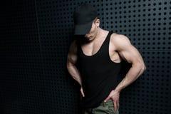 Flexing Muscles Near di modello la parete fotografia stock libera da diritti