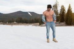 Flexing Muscles Outdoors modelo na natureza fotos de stock royalty free