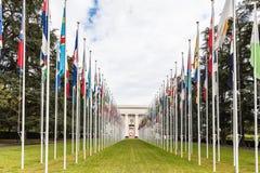 Flgs nazionali all'entrata nell'ufficio di ONU a Ginevra Immagini Stock