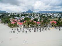 FLIC EN FLAC,毛里求斯- 2015年10月04日:风景和海滩在Flic Flac,毛里求斯 游人和海滩沙子与旅馆 库存图片