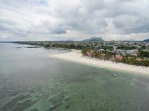 FLIC-EN FLAC, MAURITIUS - DECEMBER 04, 2015: Landskap och strand i Flic en Flac i Mauritius Molnig himmel och Indiska oceanen Royaltyfria Foton