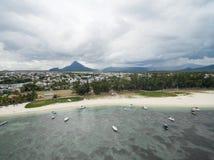 FLIC-EN FLAC, MAURITIUS - DECEMBER 04, 2015: Landskap och strand i Flic en Flac i Mauritius Molnig himmel och Indiska oceanen Arkivfoton