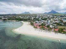 FLIC-EN FLAC, MAURITIUS - DECEMBER 04, 2015: Landskap och strand i Flic en Flac, Mauritius Berg och Indiska oceanen Arkivbilder