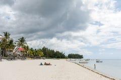 FLIC-EN FLAC, MAURITIUS - DECEMBER 04, 2015: Landskap och strand i Flic en Flac, Mauritius Turister och Indiska oceanen Royaltyfri Fotografi