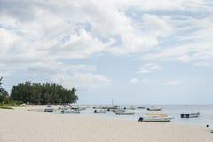 FLIC-EN FLAC, MAURITIUS - DECEMBER 04, 2015: Landskap och strand i Flic en Flac, Mauritius Yachter och Indiska oceanen Arkivbilder