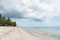 FLIC-EN FLAC, MAURITIUS - DECEMBER 04, 2015: Strand i Flic en Flac i Mauritius Molnig himmel och Indiska oceanen Arkivbilder