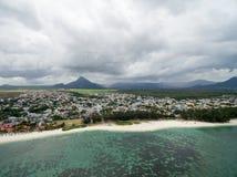 FLIC-EN FLAC, MAURITIUS - DECEMBRE 04, 2015: Landskap och strand i Flic en Flac, Mauritius Stormig molnig himmel och Indiska ocea Royaltyfri Fotografi