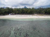 FLIC EN FLAC MAURITIUS, GRUDZIEŃ, - 04, 2015: Krajobraz i plaża w Flic Flac, Mauritius Chmurny niebo i ocean indyjski Zdjęcia Stock
