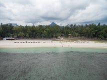 FLIC EN FLAC MAURITIUS, GRUDZIEŃ, - 04, 2015: Krajobraz i plaża w Flic Flac, Mauritius Turyści, Chmurny niebo i ocean indyjski, Obraz Stock